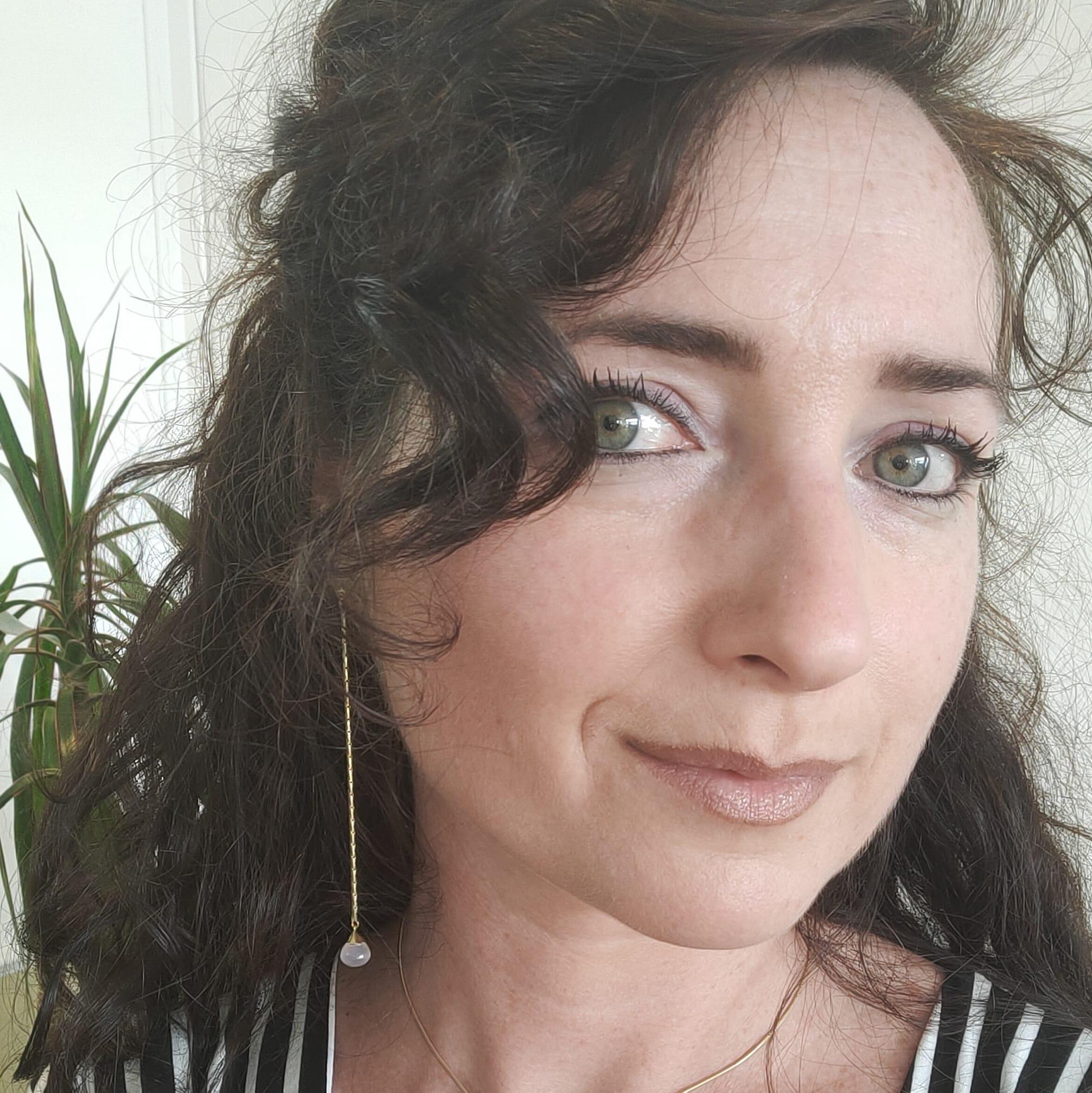 Charlotte Vogel oorbel lang roze rozenkwarts shoulderduster goud
