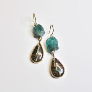 Oorbel goud boulder opaal met ruwe aquamarijn