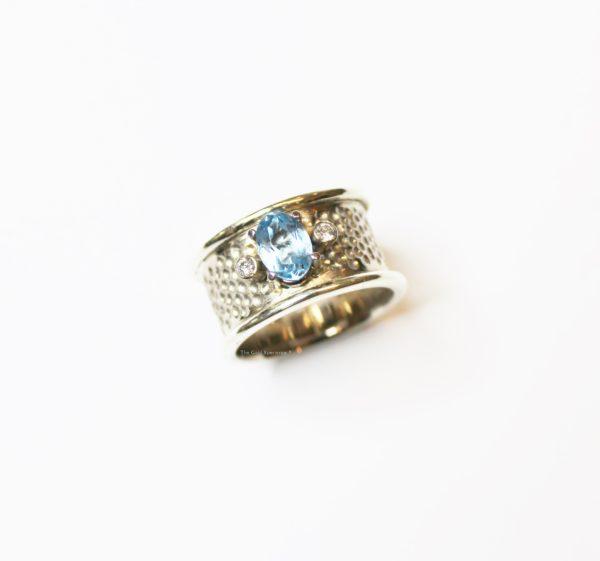Wit gouden bandring met topaas en diamant