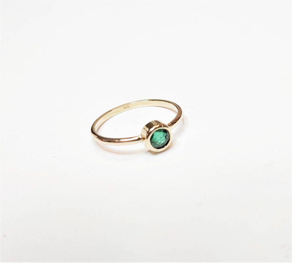 ring smaragd rond groen goud